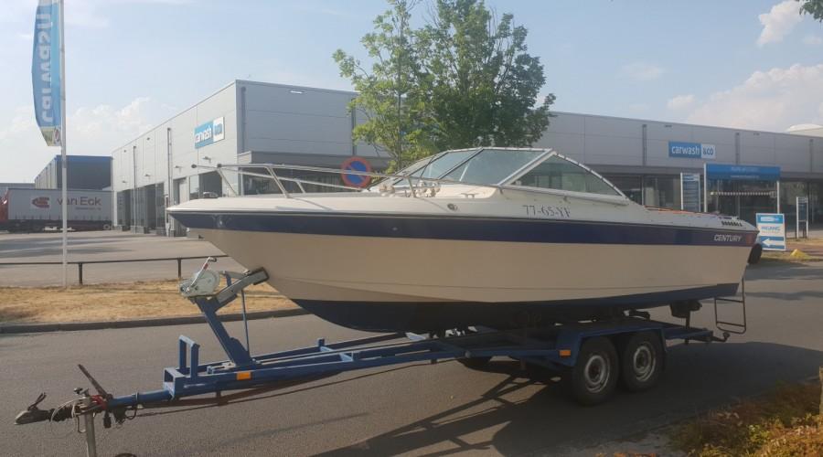 Century speedboot met motorschade